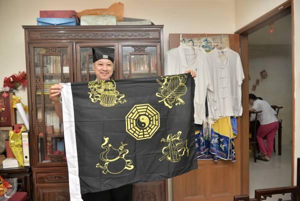 青峰道长指,确有黑令旗,但非阴魂夺命所用,仍庙宇的镇庙之宝。