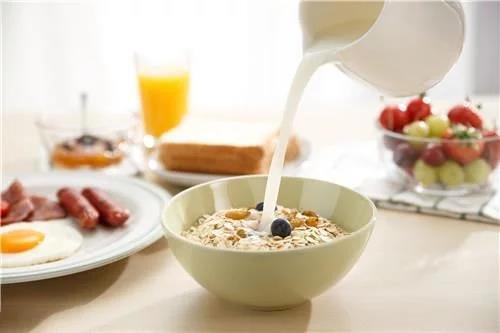 多么营养的早餐~才怪!燕麦配牛奶让你完全无法吸收牛奶的钙质。