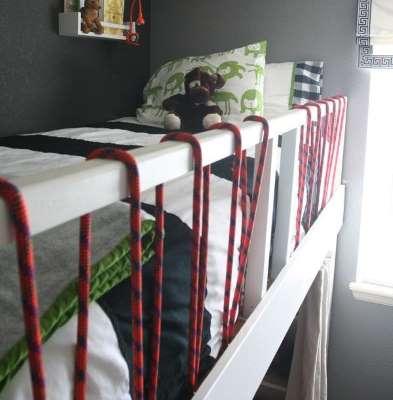 把弹力绳捆在栏杆能够保障幼童安全。