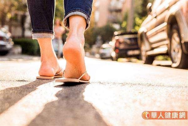 长期习惯穿夹脚拖趴趴走,容易造成身体重心往后,进而引发一连串的筋骨问题。