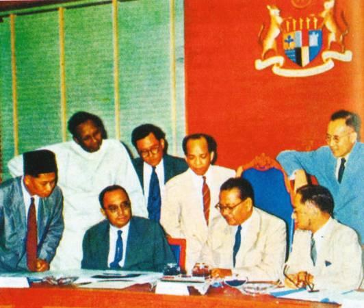 东姑与第一次组阁的内阁成员,右一站者为陈修信,时为1957年。