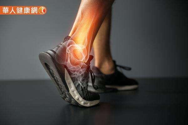 """一个人走路是否会出现""""垂足""""的拖地现象,与脚踝有很大的关系。"""