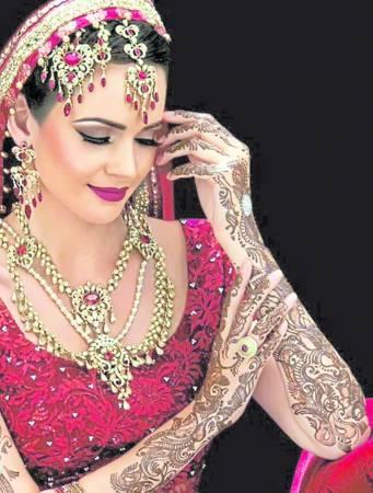 在旅游的时候,有些地方会提供非永久性纹身——Henna。由于价钱不贵,很多游客都会跃跃一试。
