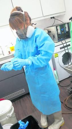 """遗体化妆师又称为""""入殓师"""",其职责主要包括遗体的修复、整形和美容,是殡仪服务 ... 或是缝针,尸体如果变形的,还要先给遗体注射一针防腐剂,以保持尸体新鲜度。"""