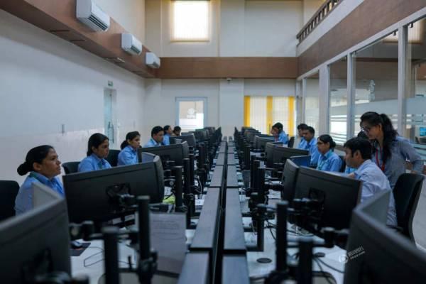 斋普尔女警正在警局指挥中心工作。