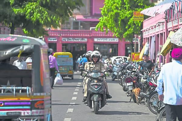 女警巡逻队骑着铁马在街头巡逻,威风凛凛。