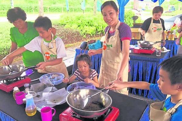 梁金蓉与姜秋菱把草药融入菜肴、甜品及饮料中,更开班授教给民众,反应非常热烈。