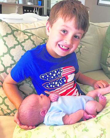 对于甫出生的妹妹,哥哥也感到兴奋。