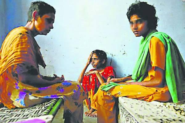 许多穷家女孩也被诱骗卖皮,赚生活费帮补家计。