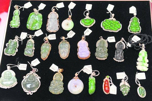 凤娇师傅也经营珠宝生意,所有的饰品在经过观音的加持后起着趋吉避凶的作用。
