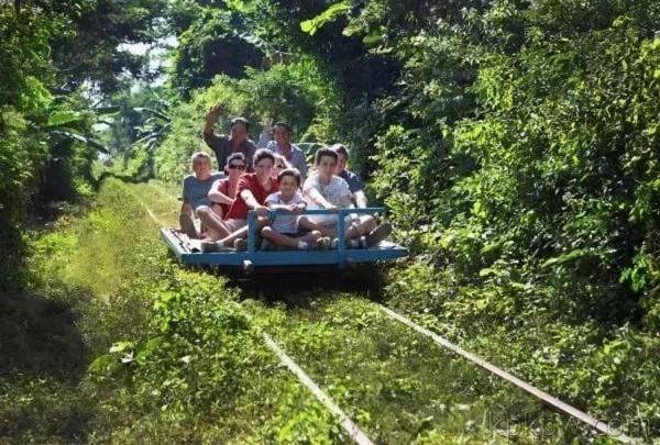 竹火车穿过树林,好像过山车那样,给游客带来新鲜的体验。