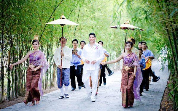 婚礼仪式开始前,身著华丽礼服的新郎,在打扮得花枝招展的少女簇拥下,来到村中长老选定的大树前。