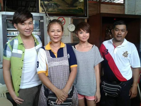杨振成(右一)与李淑兰(左二)接受本地美食节目拍摄后和主持人叶俊岑(左起)与陈慧恬合影。