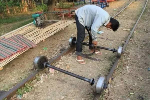 先把轮轴放在铁轨上,再把竹板平台搭上去,接着发动引擎,就可以开动了。