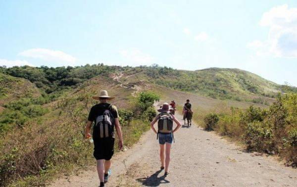 徒步上塔阿尔活火山,气温偏高,但这里山路不难走,一路上可看到冒烟的小火山口。