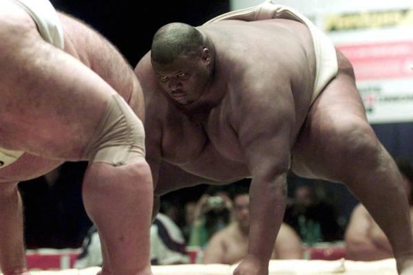 """伊曼努尔.亚伯勒在日本也参加过两次比赛,曾仅用1分17秒就战胜了日本的格斗高手,从此伊曼努尔.亚伯勒被称为""""巨人杀手""""!"""