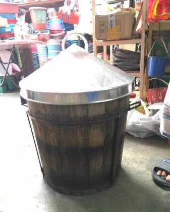 以前新年前夕,家庭主妇们用来蒸年糕的蒸笼铁盖。