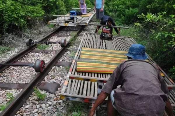"""两车""""狭路相逢"""",其中一辆就要让路,只要把竹火车拆除搬出轨道即可。"""