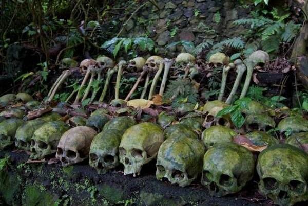 一旦竹笼放满时,村民们将存放时间较久的遗体移到露天处。