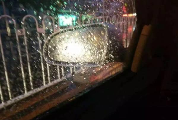 下雨的时候,后视镜玻璃最容易被雨滴打湿变得模糊,影响司机判断力,如何解决这个问题呢?