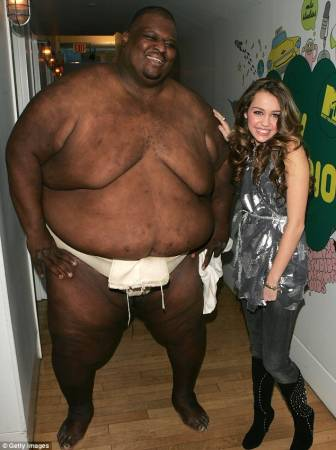 亚伯勒虽然是个大胖子,但是他的妻子是个身材超好的绝色美女。