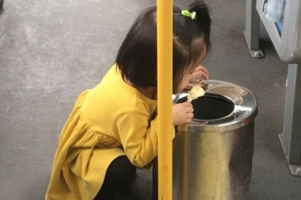 小女孩一副生怕雪糕会滴下的表情,这绝对是最美、最可爱的小乘客。