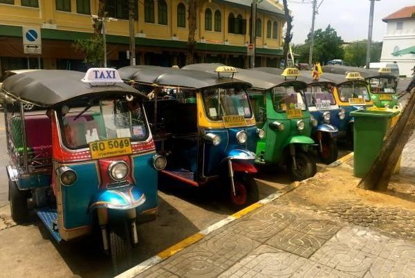 泰国最著名的嘟嘟车,都是黄色车牌。