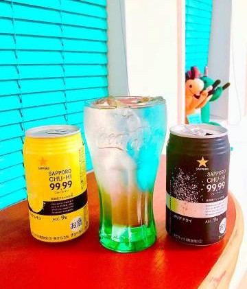 其包装以全黑色和全黄色做瓶身设计,倒出来的液体也是一般的透明白色,散发着柠檬香,看起来无害,所以不知道的女生真的会以为它是普通的柠檬味冷饮哦!