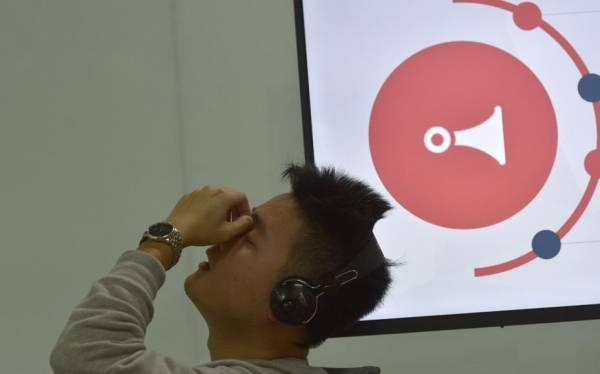 声音鉴黄师是一个新兴职业,他们每天戴着耳机坐在电脑前,反复不停的听着各种各样的聊天语音。
