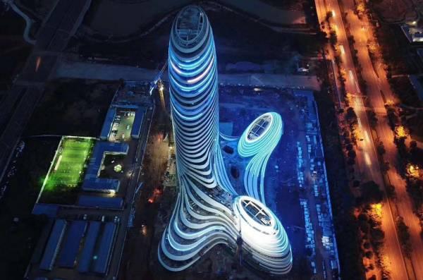 从高空上看去,不少网友都说大楼外形貌似男性生殖器。