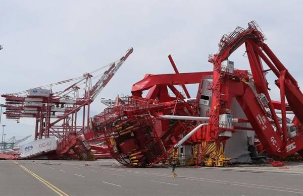 """2016年9月15日 台风""""莫兰蒂""""致台湾高雄港设施损毁严重,高雄港桥式起重机被大风损毁。"""