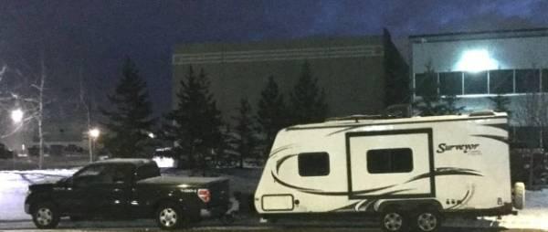 晚上就把车停在各大商城的免费停车场里,这样连停车费都省了。