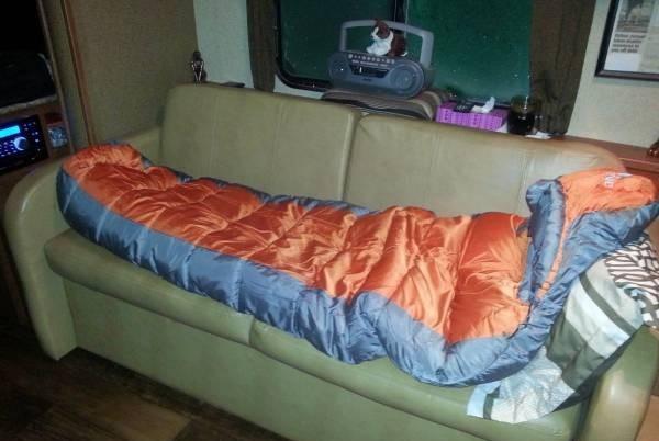 用睡袋在沙发睡觉,轻松又惬意。