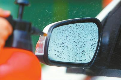 雨天后视镜挂水滴。