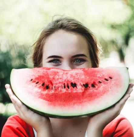 想通过节食减肥的人,在饭前吃点西瓜也不失为一种减少食物摄入的好方法。