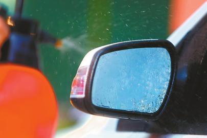 再次模拟雨雾环境,水滴会快速滑落。