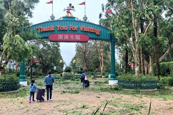 相信是迪士尼酒店旅客离开园区的照片。