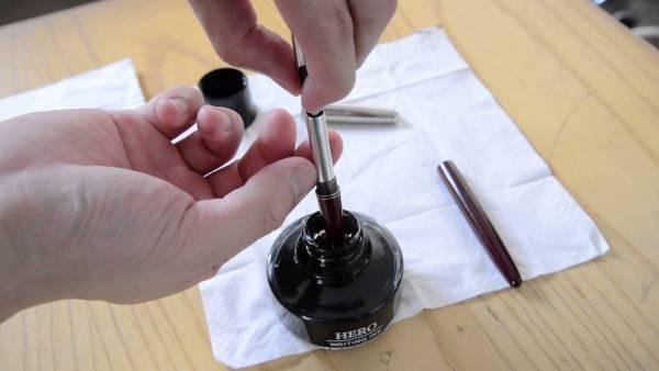 墨水笔(fountain pen)是其中一种可充填墨水的笔,各大文具店都可以买到。