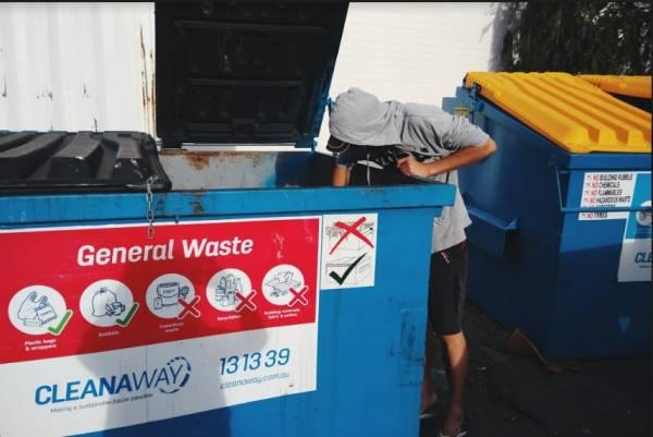 超市一次清货,不管有没有损坏就会将大批食物、电器、衣服……丢进垃圾桶里。