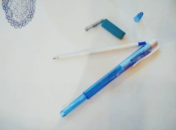 抛弃式原子笔拆开后可分为塑胶、金属和橡胶三个部分。