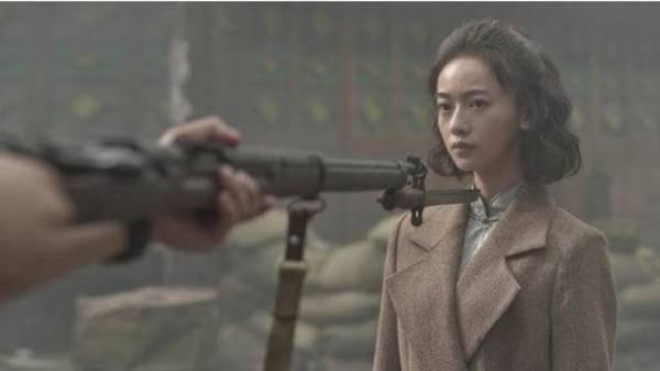 吴谨言已经拍好《八佰》的预告片,有传开镜当天角色被唐艺昕接手演出。