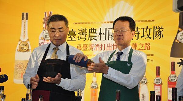 """陈千浩(左),传授简单辨别""""三精一水""""劣酒的方法。"""