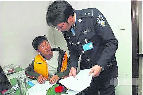 喝了酒的吴京才一出停车场,就不幸遇上交警。