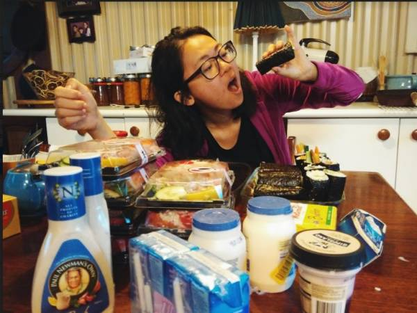 桌上总值700马币的食物,都没有过期,包装也没有损坏。