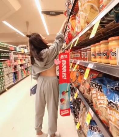 杨勾勾在卖场、超市露出乳头。