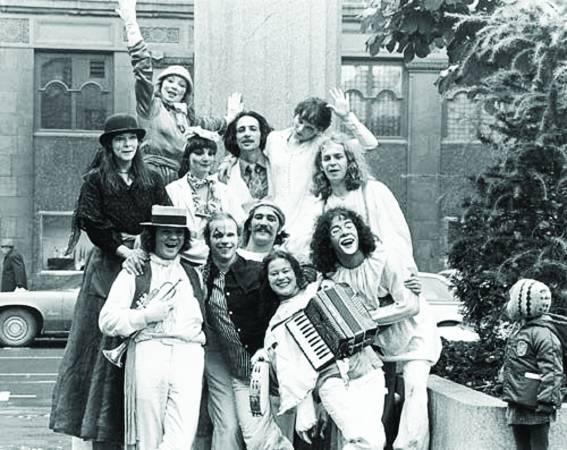 1984年,也就是32年前,一个魁北克街头艺术的表演团体(上图)在庆祝贾克·卡蒂耶(Jacques Cartier)于地理大发现时代发现加拿大的活动里,获得观众的热情回响与支持,给了他们信心,将团名定为太阳马戏团。