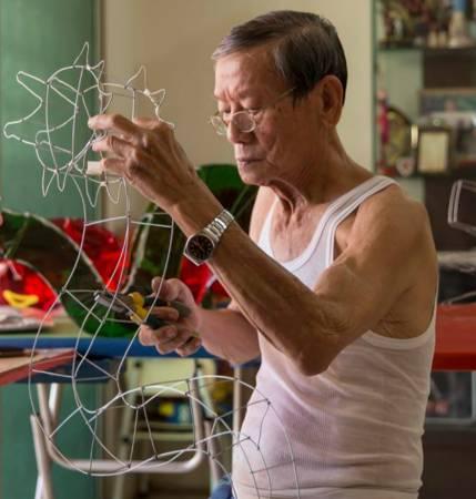 雷发鑫利用钳子和铁线制作出灯笼的骨架。