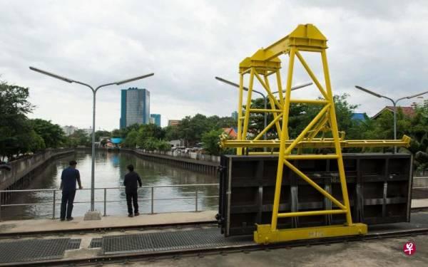 泰国曼谷市内的运河与一条6.4公里的防洪地下隧道连接,一旦发生洪灾,可将雨水疏散至湄公河。(图取自法新社)