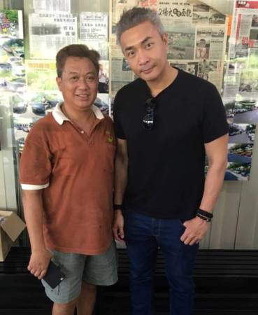 新加坡知名电视艺人郑斌辉(右)也随着车队,到云吞面馆捧场。