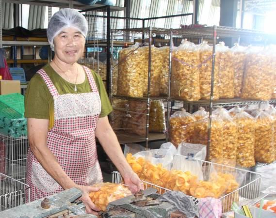 负责人戴志仓的母亲为木薯片食品工业创办人,目前仍然在工厂里协助业务。